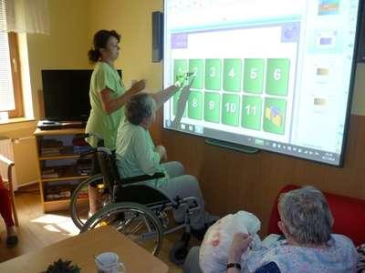 Práce na interaktivní tabuli je umožněna také uživatelům na invalidním vozíčku
