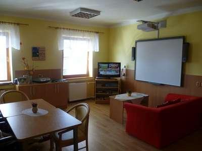 Komunitní místnost vybavena interaktivní tabulí